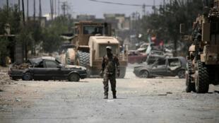 Un soldat de la 9ème division blindée irakienne dans une rue de Mossoul Ouest, le 19 juin 2017.