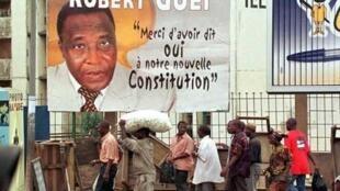 Affiche du général Gueï en septembre 2000.