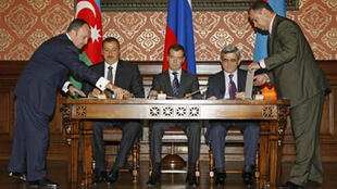 Les présidents azerbaïdjanais Aliev (g) et arménien Sarkissian (d) ont signé une déclaration commune avec Dimitri Medvedev (c) pour un règlement politique du conflit au Nagorny-Karabakh, le 2 novembre, à Moscou.
