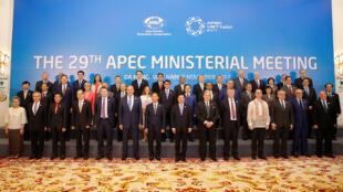 Các bộ trưởng APEC chụp hình chung sau cuộc họp ngày 08/11/2017 tại Đà Nẳng.