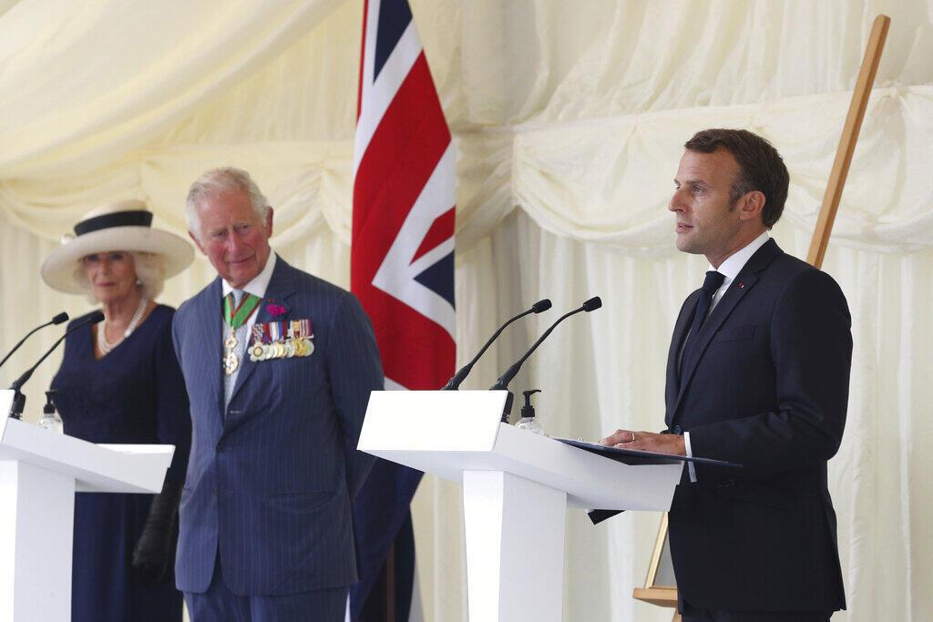 Президент Макрон и принц Чарльз на церемонии в Carlton Gardens по случаю 80-летия призыва де Голля к Сопротивлению. Лондон, 18 июня 2020.
