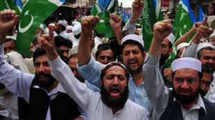 Des militants de Jamat-e-Islami au Pakistan crient des slogans contra l'opération américaine qui a tué Ben Laden  en 2011.