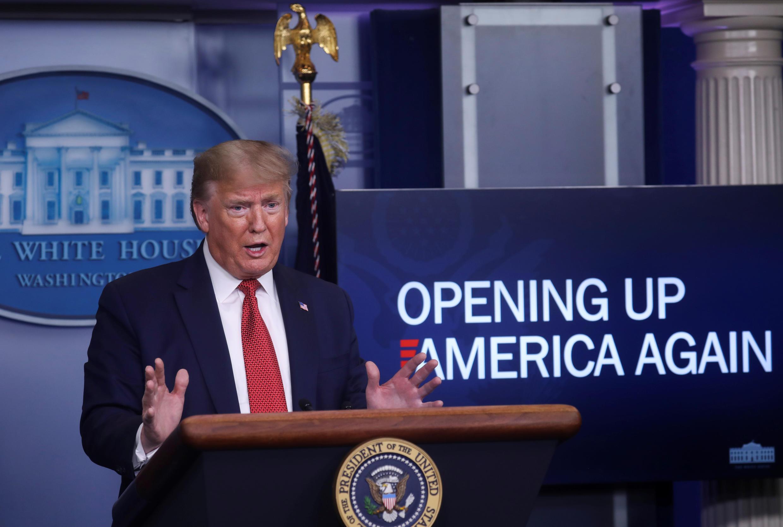 Tổng thống Mỹ Donald Trump trả lời các câu hỏi về kế hoạch Opening Up America Again trong cuộc họp báo thường nhật về virus corona tại Nhà Trắng,  Washington, ngày 16/04/2020.