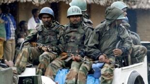 Des soldats du bataillon indien de la Monusco patrouillent dans les rues de Luvungi, le 4 septembre 2010