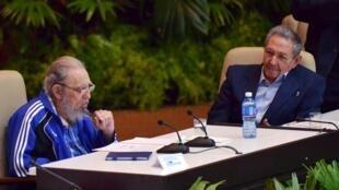 Hai anh em Castro tại phiên bế mạc Đại hội Đảng Cộng sản Cuba ngày 19/04/2016.