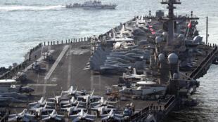 """Tập trận Foal Eagle Mỹ-Hàn thường khiến Bắc Triều Tiên giận dữ. Trong ảnh, hàng không mẫu hạm USS Carl Vinson tham gia """"Foal Eagle"""", cảng Busan, Hàn Quốc, 15/03/2017."""