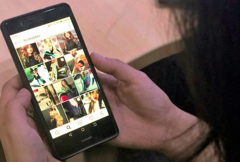 Une jeune internaute consulte le profil du mannequin et starlette d'Instagram Tara Fares à Bagdad, le 28 septembre 2018.