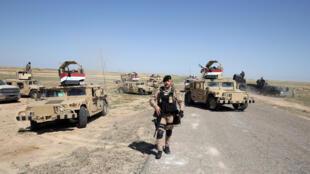 Um  militar iraquiano  na  região de Al-Anbar onde o Daech atacou  com intensidade.