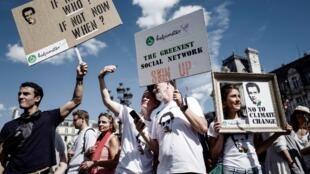 Dezenas de milhares de manifestantes realizaram grande marcha pelo clima em Paris neste sábado (8).