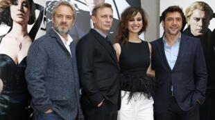 De gauche à droite  : le réalisateur Sam Mendes et les acteurs, Daniel Craig, Berenice Marlohe, et Javier Bardem pour la présentation à Paris du nouveau James Bond, le 25 octobre 2012.
