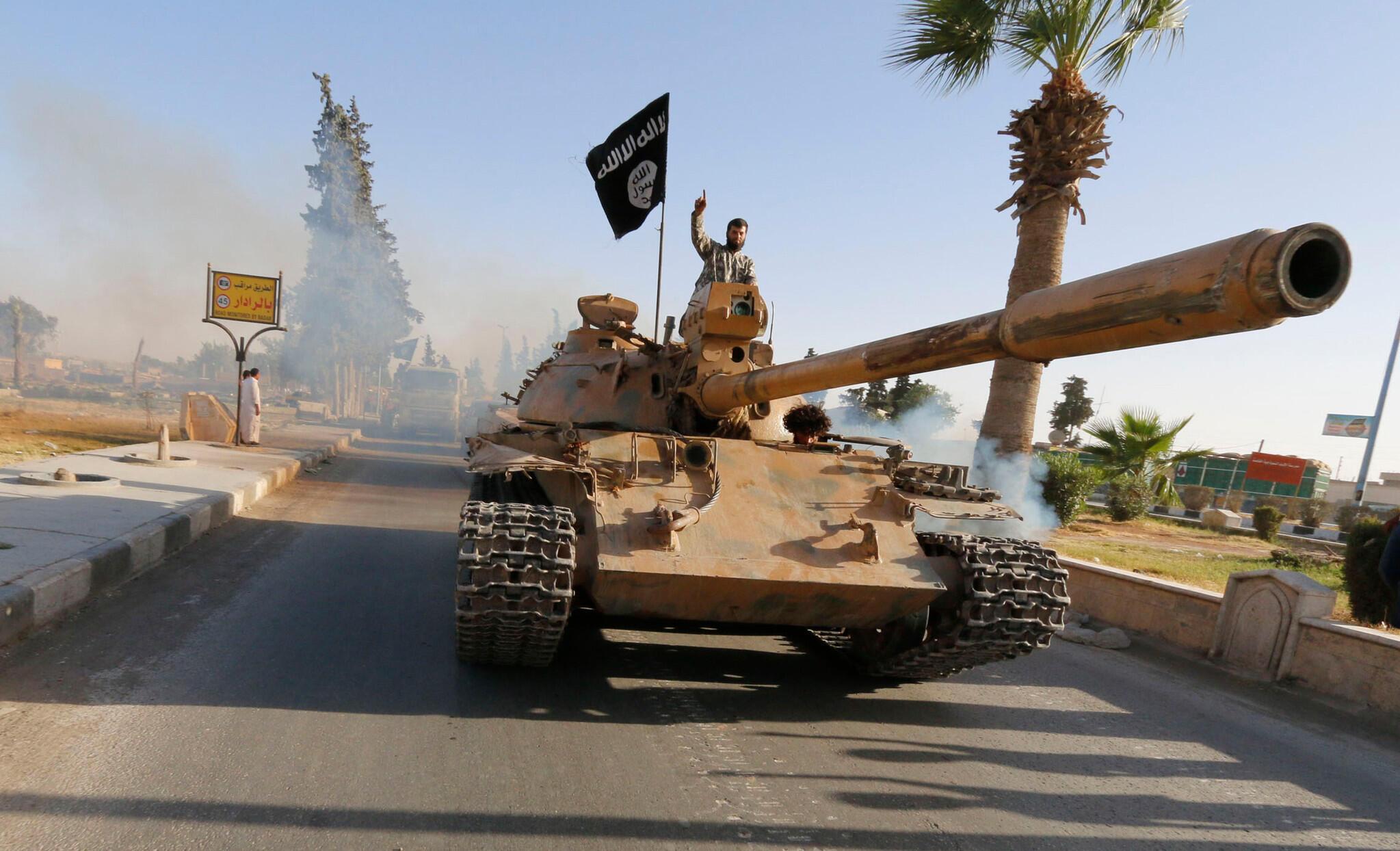 Джихадист в районе города Эр-Ракка, сирийского «бастиона» террористической группировки ИГ.