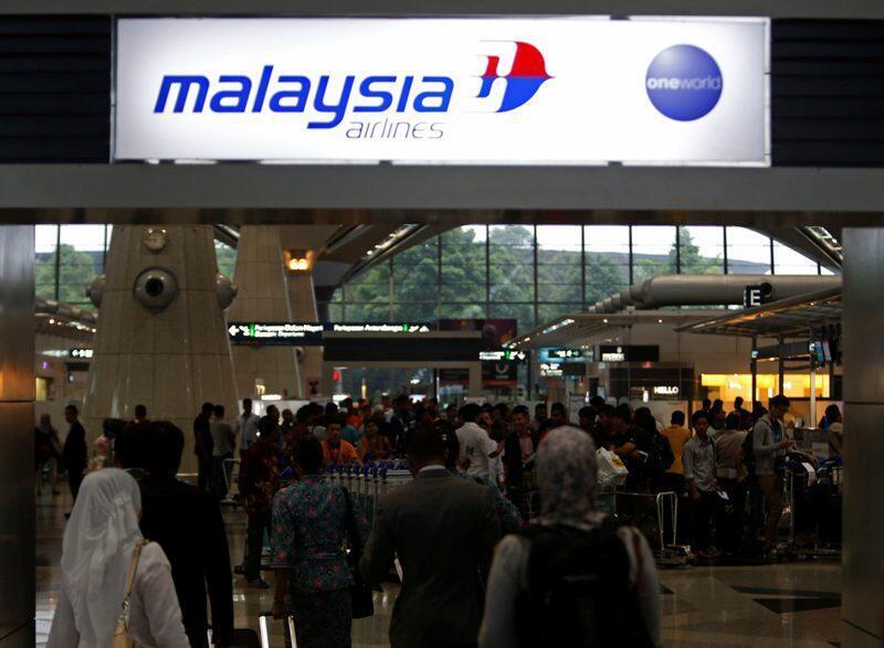 Abiria wakipiga foleni kwa kusubiri usafiri wa ndege ya Malaysia Airlines katika uwanja wa ndege wa kimtaifa wa mjini Kuala Lumpur Machi 9, 2014.