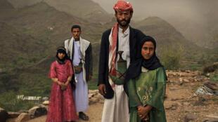 Tehani et Ghada, deux fillettes de 8 ans au Yemen aux côtés de leur maris, de vingt ans leurs aînés.