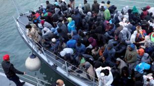 Wahamiaji waliokolewa na kikosi cha ulinzi wa baharini cha Libya, Januari 9, 2018.