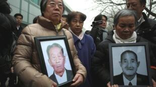 Nhiều gia đình người Trung Quốc mang ảnh người thân từng bị các công ty Nhật cưỡng bức lao động đến toà án Bắc Kinh nộp đơn kiện ngày 26/2/2014