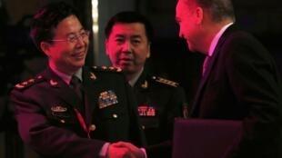 Tướng Vương Quán Trung, Phó Tổng tham mưu trưởng quân đội Trung Quốc (T) bắt tay Thứ trưởng Quốc phòng Nga Anatoly Antonov (P) tại Đối thoại Shangri-la, Singapore, 01/06/2014