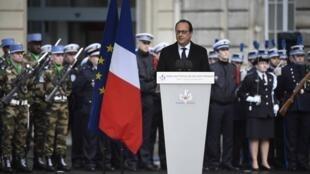 法國總統奧朗德在查理周刊恐怖屠殺周年到巴黎警察總部參加紀念儀提出新反恐安全措施2016年1月7日