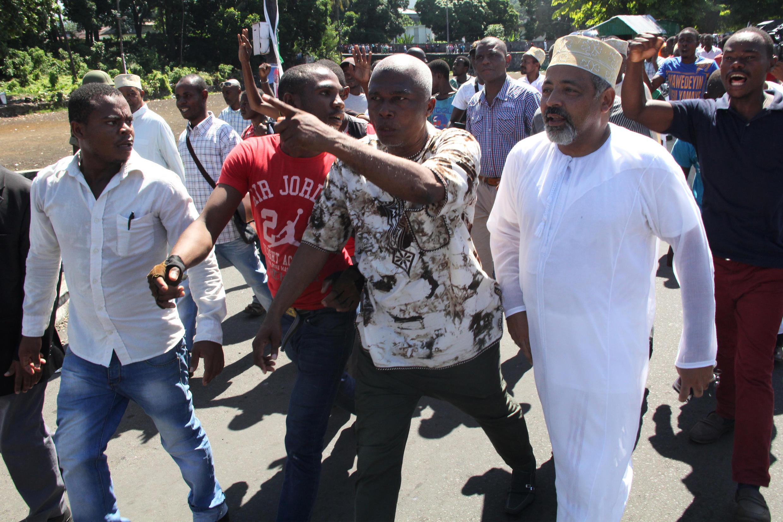 Fahmi Saïd Ibrahim (D) lors de la manifestation du 27 février à Moroni pour protester contre les irrégularités dans le scrutin présidentiel du 21 février 2016.