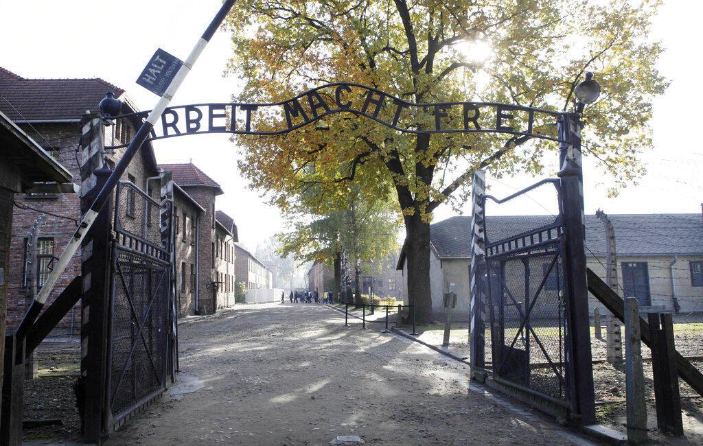 """Nova tendência de pessoas interpretando vítimas do Holocausto em vídeos na rede social TikTok é """"ofensiva e dolorosa"""", o Museu Auschwitz lamentou no Twitter"""