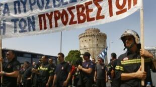 Bombeiros gregos protestam contra medidas de austeridade em Tessalônica.