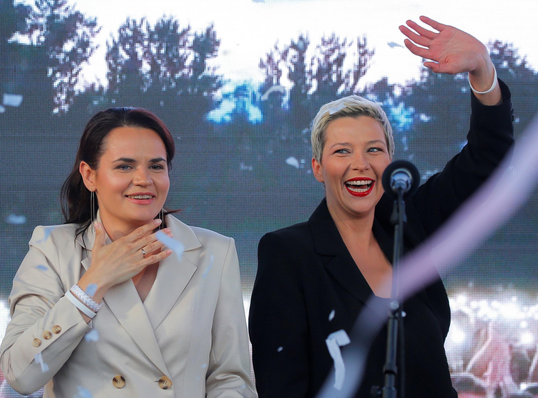 Кандидат в президенты Беларуси Светлана Тихановская и Мария Колесникова (справа) на митинге-концерте в Минске 30 июля 2020.