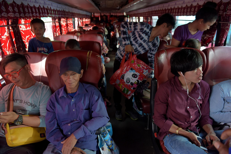 Le 12 avril 2017, des Cambodgiens prennent un bus pour se rendre dans la province de Phnom Penh.