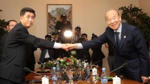 Park Kyung-seo, président de la Croix-Rouge sud coréenne et Pak Yong-il, son homologue nord-coréen se sont rencontrés dans la station de montagne nord-coréenne du Mont Kumgang, le 22 juin 2018.
