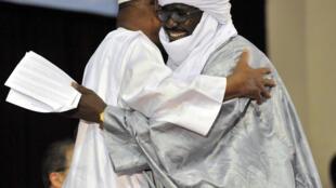 Mahamadou Djeri Maïga, numéro 2 du MNLA, tombe dans les bras du président malien IBK lors de la cérémonie de signature de l'accord de paix, le 20 juin 2015 à Bamako.