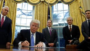 Tổng thống Donald Trump bắt tay vào việc. Ảnh ngày 23/01/17