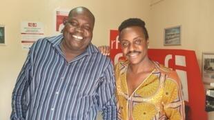 De la gauche vers la droite: le chanteur Wooly Saint Louis et le comédien Guy Régis Junior au studio de RFI à Port-au-Prince.