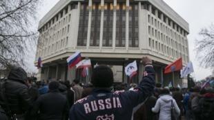 Manifestantes pró-russos em frente do Parlamento ucraniano na Crimeia.