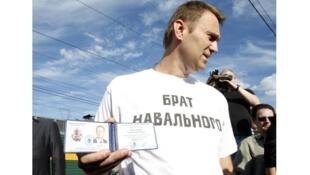 Алексей Навальный с удостоверением кандидата на выборы мэра Москвы 17/07/2013