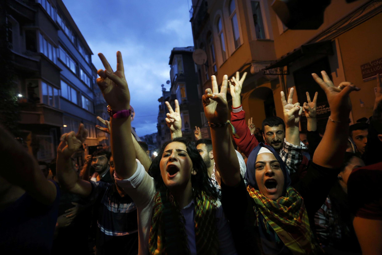 2015年6月7日,土耳其人民民主黨的支持者走上街頭歡慶勝利。