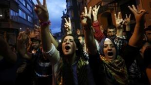 Des partisans du Parti démocratique des peuples (HDP) fêtent son résultat aux élections législatives turques, le 7 juin 2015.
