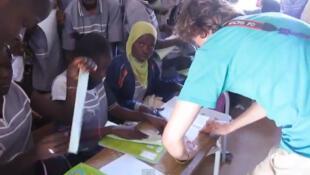 Un membre de l'association étudiante Pegase dans une école,  lors de sa mission humanitaire au Sénégal en 2013.