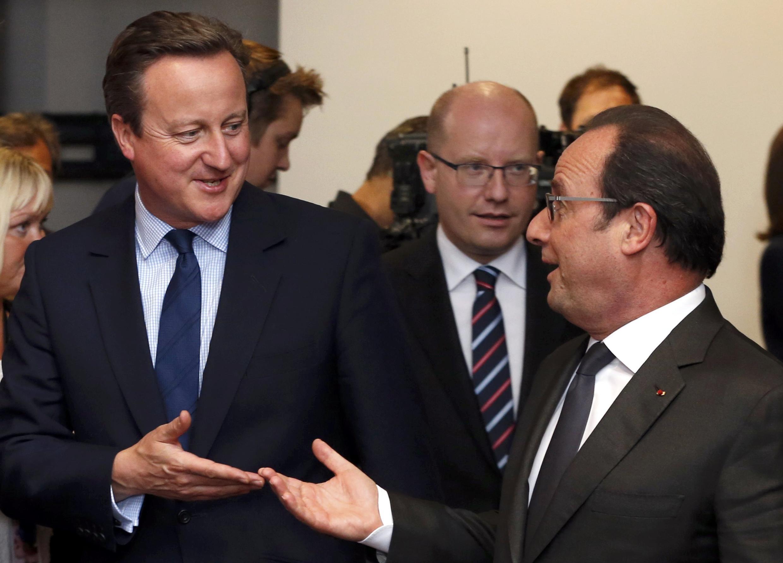 Le Premier ministre britannique David Cameron (g) avec le président français François Hollande, à Bruxelles, le 28 juin 2016.
