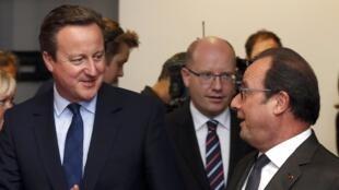 David Cameron, primeiro-ministro britânico, (à esq.) com o Presidente francês, François Hollande, (à direita), na cimeira europeia, em Bruxelas, de 28 de junho de 2016.