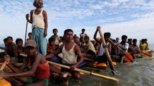 Người tị nạn Rohingya trên đường chạy lánh nạn sang Bangladesh. Ảnh chụp ngày 12/11/2017.