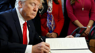 """Tổng thống Mỹ Donald Trump ký sắc lệnh """"điều tiết"""" các hoạt động của ngành tài chính, ngân hàng, ngày 03/02/2017."""