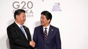Le président chinois Xi Jinping (à gauche) et le Premier ministre japonais Shinzo Abe (à droite).