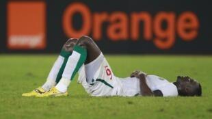 Le Sénégalais Kader Mangane est à terre.