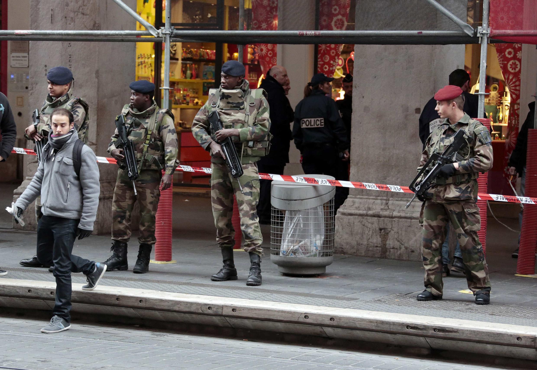 Binh lính canh gác trụ sở ban điều hành Do Thái giáo tại thành phố Nice - REUTERS /Eric Gaillard