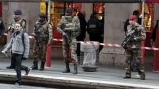 Des soldats en faction devant le centre communautaire juif de Nice après l'agression à l'arme blanche de trois militaires, le 3 février 2015.