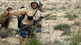 Un soldado rebelde en la ciudad de Brega, en Libia.
