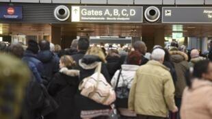 Para evitar filas nos aeroportos, países terão seis meses para impor controle generalizado. Mas regra entra imediatamente em vigor nas fronteiras marítimas e terrestres.