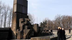 مایک پنس معاون رئیس جمهوری آمریکا هنگام شرکت در کنفرانس ورشو، به قربانیان نازیسم در اردوگاه آشویتس ادای احترام کرد