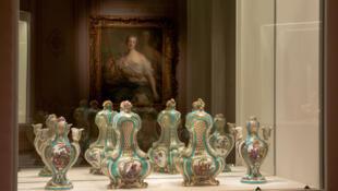 凡爾賽宮的這個展覽展示了多丹在瓷器繪畫領域的成就和他繪畫靈感來源的多樣性