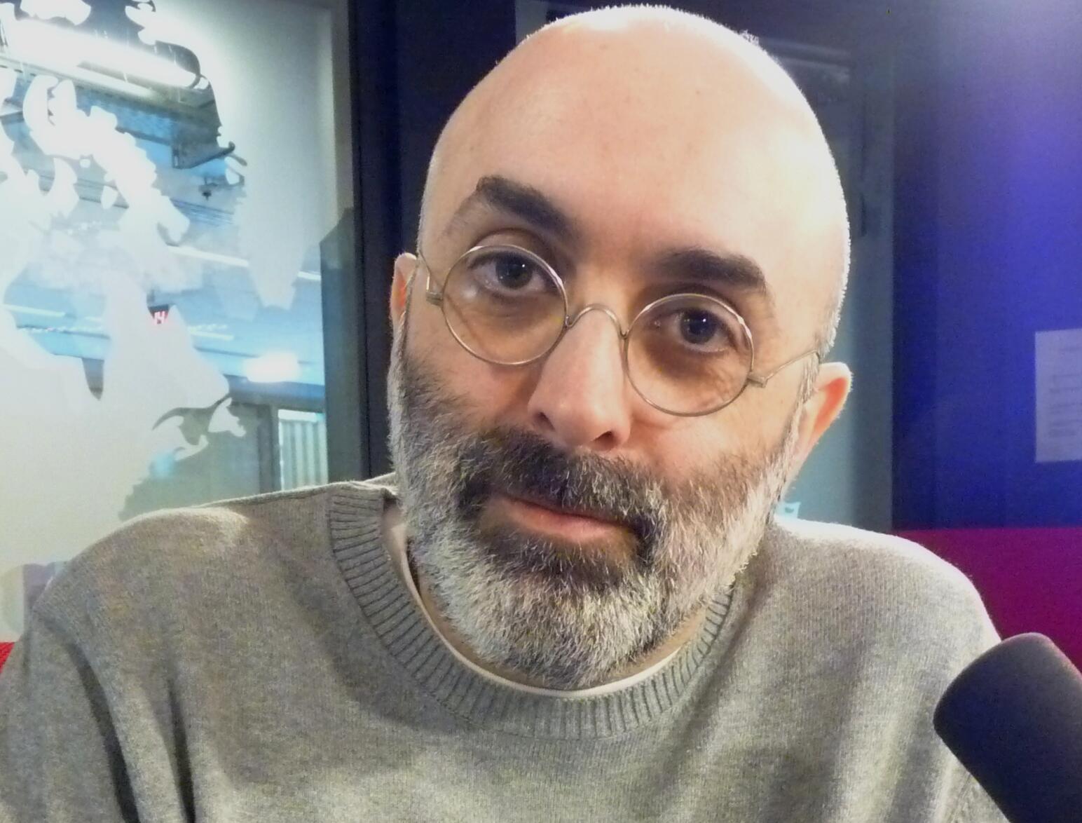 El escritor guatemalteco Eduardo halfon en los estudios de RFI
