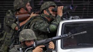 Военная полиция занимает позиции в ходе операции в районе Алемао в трущобах Рио-де-Жанейро
