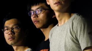 2017年8月16日,在面对法院覆核刑期前夜,香港雨伞运动学生领袖黄之锋(中) 和罗冠聪(左)在港府门前公民广场参加集会。